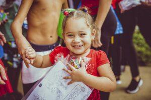 una niña recibiendo regalos en Brazil