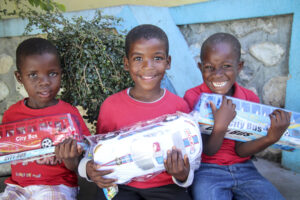 Haití niños recibiendo juguetes de navidad