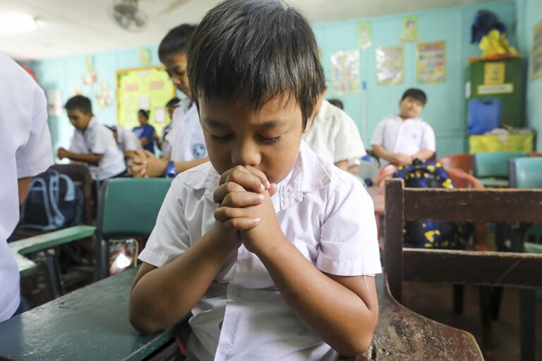 Un niño orando en Filipinas