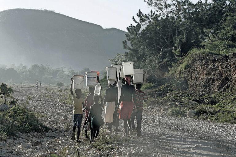 Chicos buscando agua en Haití