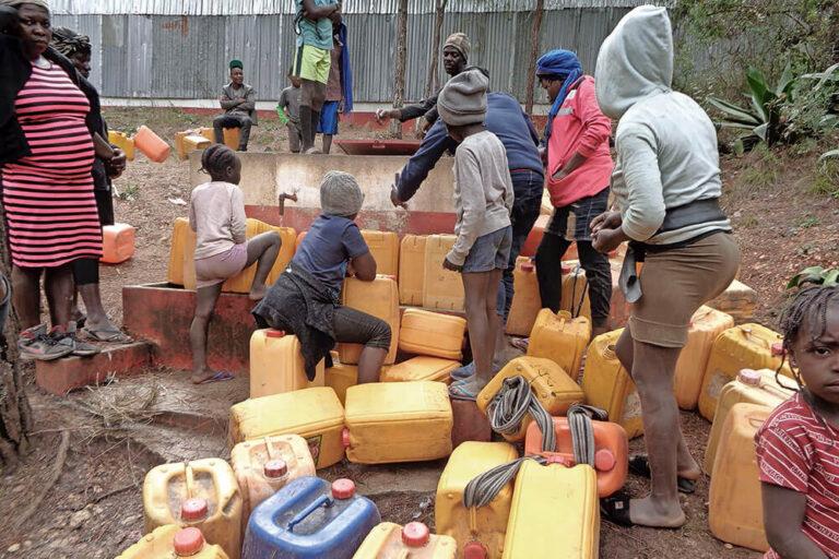 gente buscando agua en Haití