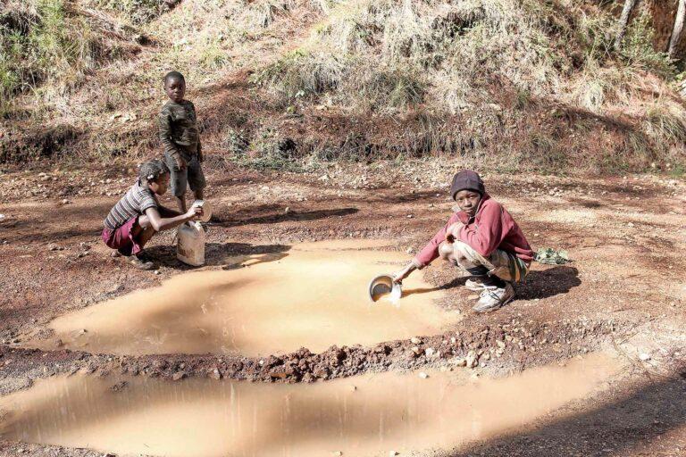 chicos buscando agua en pozos en Haití