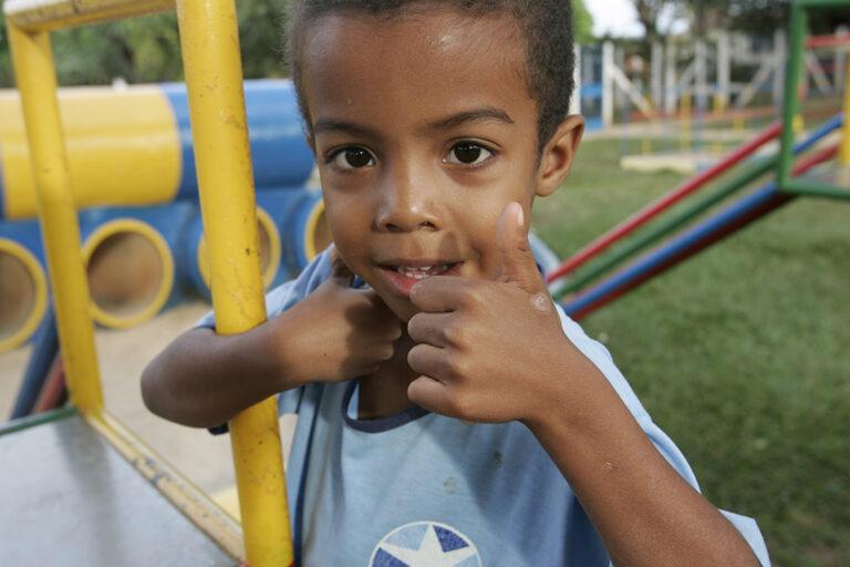 Un niño jugando en Brazil.