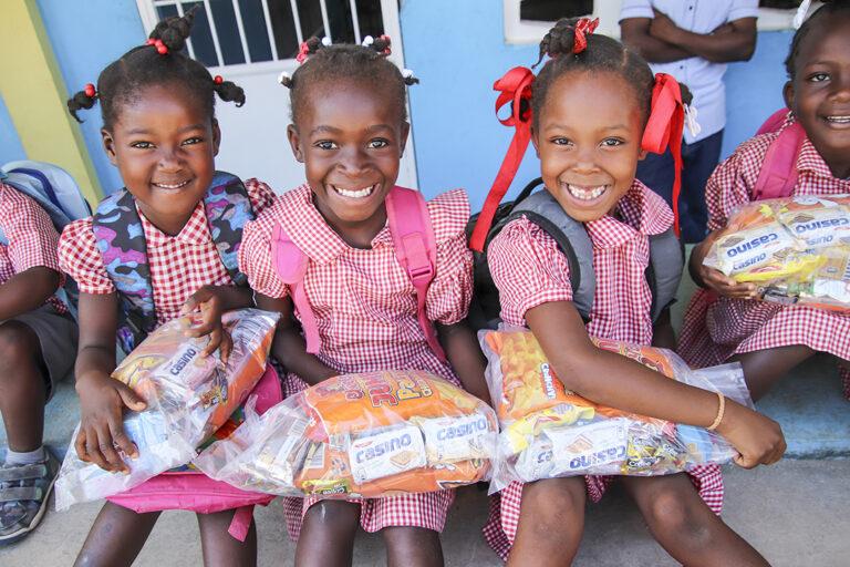 Chicas recibiendo comida en Hesse, Haití