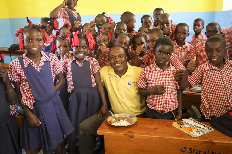 Tony en un colegio en Jeanton Haití