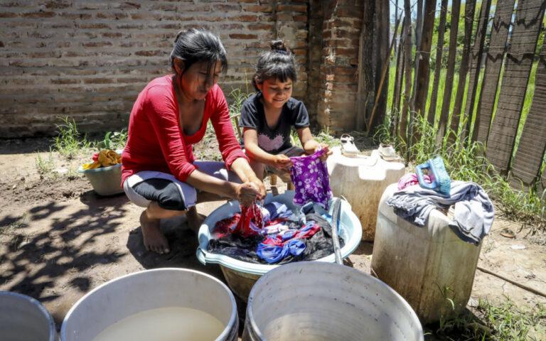 Una familia lavando ropa en Chaco, Argentina