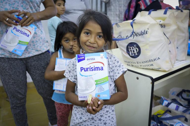 Una niña con leche en polvo en Chaco, Argentina