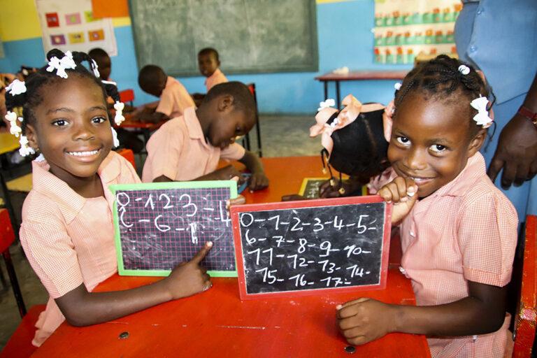 Estudiantes haciendo matemática en Haití