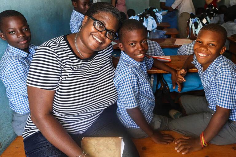 Myrtha con estudiantes en dano, Haití
