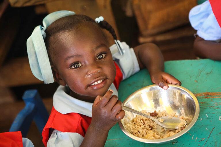 Una niña comiendo en Bois Negresse, Haití